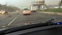 Dangereux de se retrouver au feu rouge lors d'une tornade !