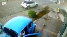 Un homme évite de peu une voiture qui lui fonce dessus !