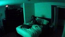 Il se passe des choses très bizarres dans sa chambre... Le flip total - Paranormal Activity
