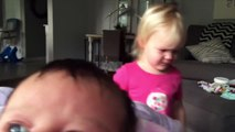 La façon dont se console cette petite fille à chaque fois qu'elle se réveille vous fera fondre de tendresse !