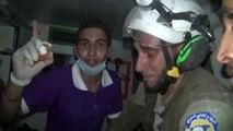 Un bénévole ému aux larmes par le sauvetage d'un bébé, symbole de la guerre en Syrie