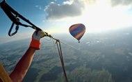 Quatre parachutistes font de la balançoire géante entre deux montgolfières à 1800 mètres d'altitude !