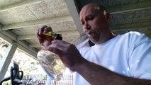 Il fume le piment le plus fort du monde