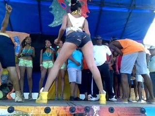Chica bailando en tarima