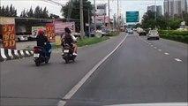 Road rage entre scooters... Gros coup de pied et crash énorme
