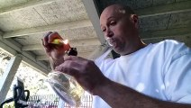 Un homme relève le défi de fumer le piment le plus fort du monde