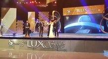 Fawad Khan drops & breaks Lux Style Award 2016 trophy