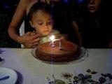je souffle mes bougies d'anniversaire!!