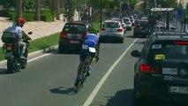 Un cycliste pris dans les embouteillages lors du championnat du monde
