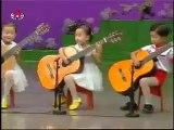Ces enfants sont plus petits que leurs guitares, mais regardez ce qu'ils sont capables de produire !