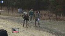 Une femme soldat s'écroule au sol, mais regardez bien comment les hommes la traitent!