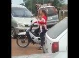 Une mère porte son bébé sur sa moto et provoque un accident !