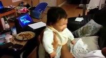 Ce papa réussit pour la première fois à faire rire son bébé. C'est magnifique !