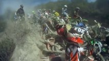 Terrible carambolage pendant une course de moto cross. Incroyable