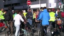 Inauguration de la piste cyclable Quai Augagneur à Lyon - un vélo offert à un élu