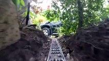 Embarquez pour une visite de circuit de train électrique géant dans une maison et son jardin !