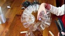 Il perce le fond de 50 verres de plastique ce quil en fait est éblouissant!