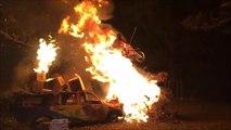 Ce taré saute à moto au dessus d'un feu de voiture! Cascade de fou
