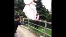Elle a voulu marcher sur la rampe avec sa robe de mariée... Et bim, la chute