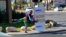 Un employé danse dans la rue pour promouvoir une marque