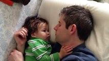 Papa Y Bebe Durmiendo Juntos! SUPER TIERNO! ★ bebes divertidos   risa bebe   bebes chistosos