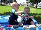 Pelea Tierna Entre 2 Bebes Por Una Botella! ★ bebes divertidos   risa bebe   bebes chistosos