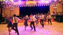 Ces talentueux danseurs restent inactifs sur scène, mais en entendant la musique, ils dansent d'une manière impressionna