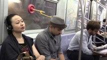 Comment dormir tranquillement dans le métro ?? Accrochez vous !