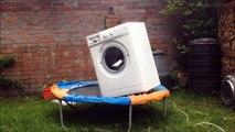 Machine à laver + briques + trampoline = moment génial !