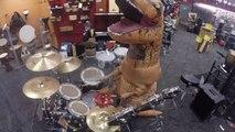 Un tyrannosaure T-Rex joue de la Batterie dans un magasin de musique - Halloween