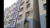 Geste héroique de cet homme pour sauver un bébé suspendu dans le vide la tête coincée entre les barreaux du balcon