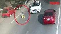 À 3 ans, cet enfant prend la route à contre-sens au volant de sa voiture à pousser