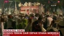Ricuh, Polisi Bubarkan Paksa Massa yang Bertahan di Istana Merdeka