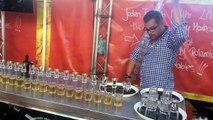 Ce barman tient 17 verres dans ses mains. Ce qu'il s'apprête à faire est hallucinant!