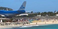 Ces touristes vont regretter d'avoir défié le souffle d'un avion au décollage à Saint-Martin