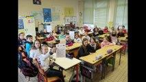 Charmes: des écoliers lisent des lettres de Poilus.