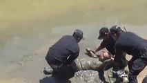 Un homme ivre s'endort au bord d'une rivière