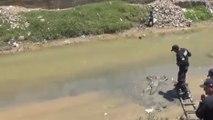 Un homme ivre endormi dans une rivière au Pérou
