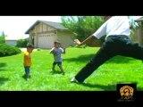 Deux petits gamins agés à peine de 5-6 ans, se battent avec leur père