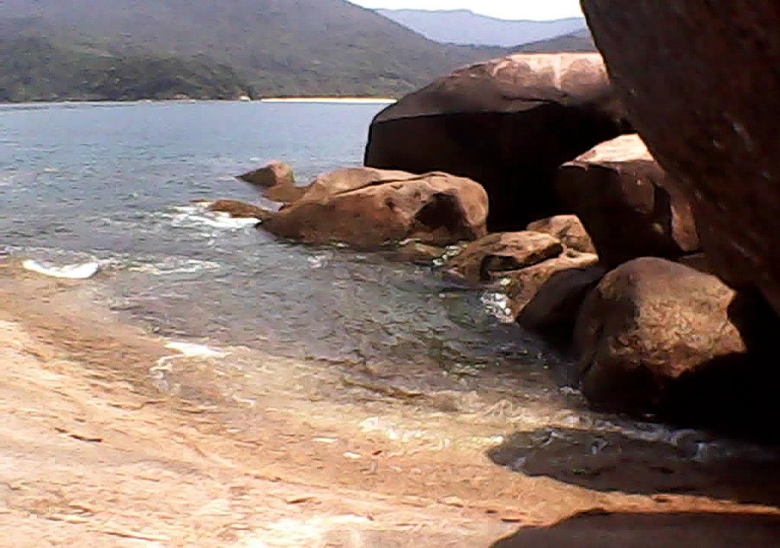 Laje da ilha do Prumirim, Litoral Norte de Ubatuba, SP, Brasil, ondas . mares e rochedos, novembro a