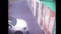 Un conducteur fou rentre dans un centre commercial