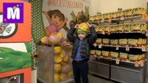 Макс идёт в школу в Лондоне собеседование Ищем костюмы Герои в Максах в Дисней и в Nickelodeon Store 2016 новое видео