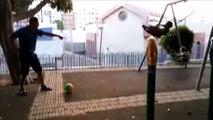Cet abruti tire le ballon dans la tête de son fils qui fait de la balançoire