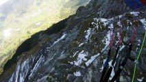 Jamie Lee fait du parapente au ras des montagnes dans les Alpes suisses