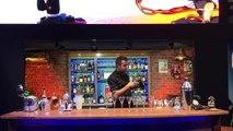 La manière dont ce barman retourne la bouteille est extraordinaire !