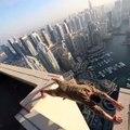 La folie du jour ! Au dessus des plus hautes tours du monde, ils réalisent des figures à couper le souffle. Vertigineux