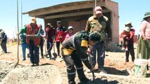 La maire bolivienne qui participe aux travaux d'une école
