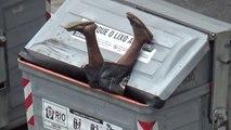 Ce gars complètement bourré va plonger dans une poubelle!