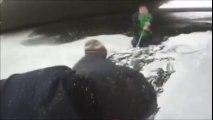 Sauvetage d'un garçon tombé sous la glace d'un fleuve