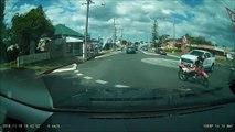 Ce motard tente de doubler sur un rond point et c'est le drame! Crash bien violent